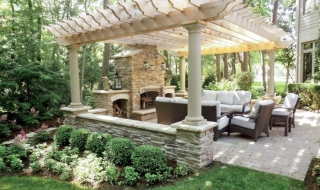 Mách bạn cách trang trí sân vườn có mái che