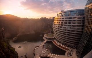 Khách sạn siêu khủng cheo leo bên mỏ đá