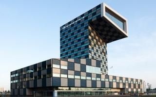 Ngắm trường đại học khối đa giác phức hợp cạnh bờ sông