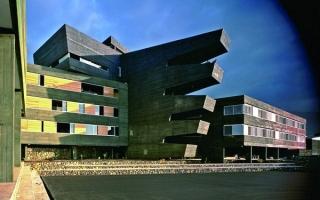 Trường học đa giác góc cạnh dị dạng ở Tây Ban Nha