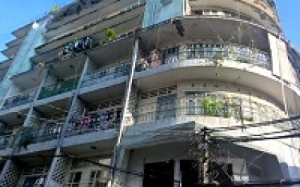 Di dời khẩn cấp chung cư cũ ở khu phố Tây
