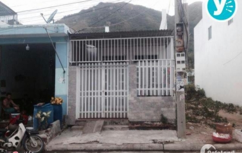 Cần bán gấp căn nhà cấp 4 đường Bà Triệu, Hóc Môn, Dt 5x18/ SHR/ 950tr