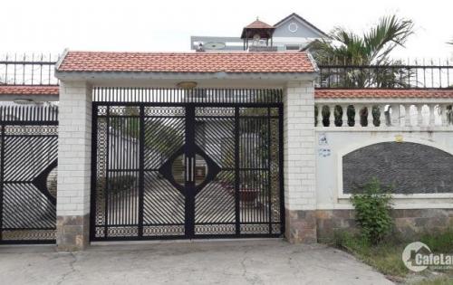 Bán Biệt thự sân vườn mặt tiền đường rất tiện lợi làm văn phòng, kinh doanh hoặc nghĩ dưỡng.