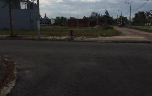 Bán lô góc ngã tư đối diện trường học giá chỉ 10.3tr/m2 sổ đỏ, LH 0905487652