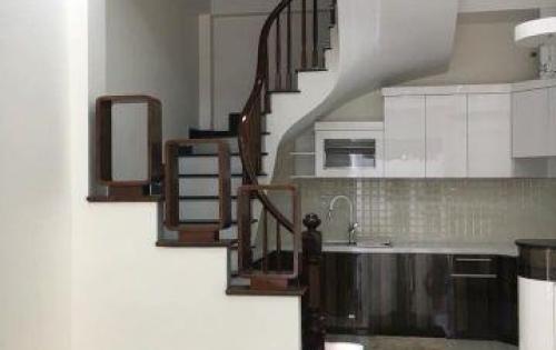 Bán nhà khu vực Hào Nam, diện tích 32m2*3 tầng, mặt tiền 5m, ô tô cách nhà 10m giá 2,4 tỷ.