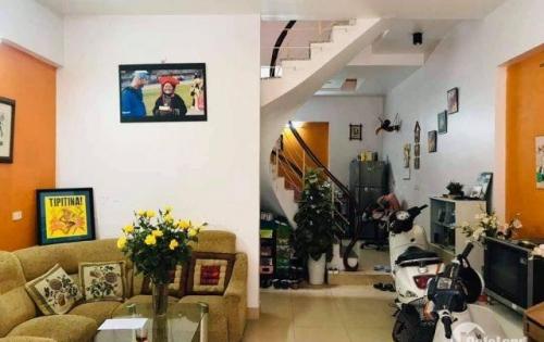 Cần bán nhà gấp quận Cầu Giấy, phố Phạm Văn Đồng, ô tô đỗ cửa, diện tích 45m2, nhà 4 tầng, 4 tỷ