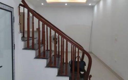 Cần bán gấp nhà 50m2 ở Giap Bát, oto đến sát cửa giá 4.3 tỷ
