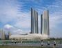 Chất liệu khung sườn chuyên dụng uốn lượn bọc toàn bộ xung quanh hai tòa tháp tích hợp với những khối kính màu trong suốt.